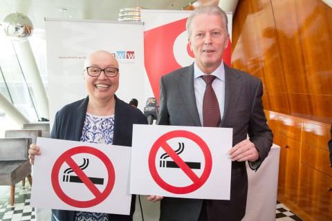 Gesundheitsministerin Sabine Oberhauser und Wirtschaftsminister Reinhold Mitterlehner präsentieren das neue Gesetz zum Nichtraucherschutz