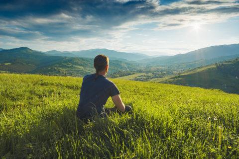 Mann mit Blick in die Landschaft